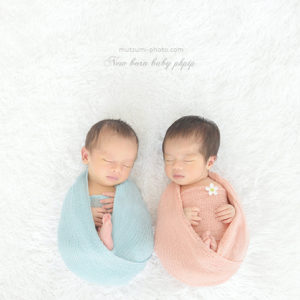 男女の双子 新生児フォト